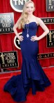 Amanda Seyfried in a navy Zac Posen sweetheart gown with a vintage-inspired pendant necklace by Lorraine Schwartz