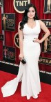 Ariel Winter in a white curve-hugging Zac Posen gown & black minaudiere.